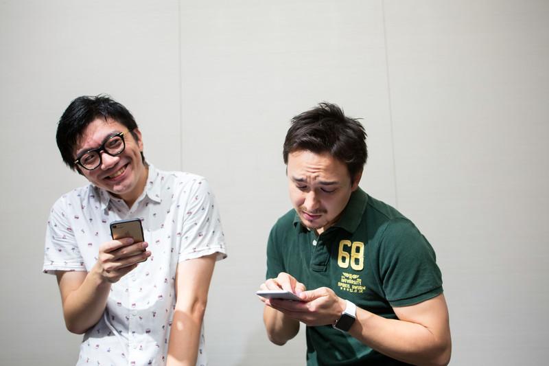 プログラミングを一緒にする仲間の写真