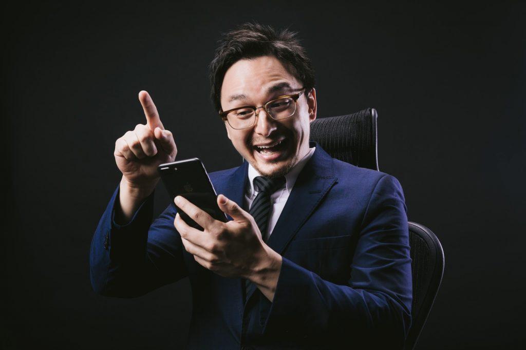 プログラミングを趣味に活用する男性の写真